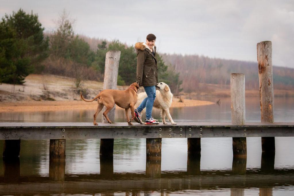 Hundeglück Katja mit zwei Hunden am See
